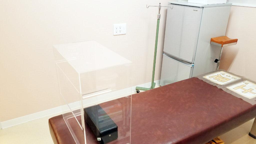 特注アクリル板を使用した眼処置を行う処置室