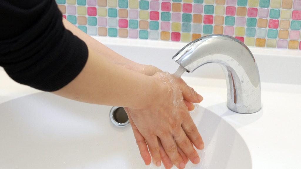 水栓の自動化などにより、手がふれる機会を徹底して減らしました